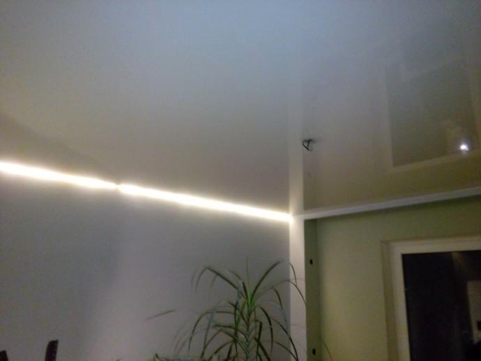 Натяжной потолок с подсветкой по краю