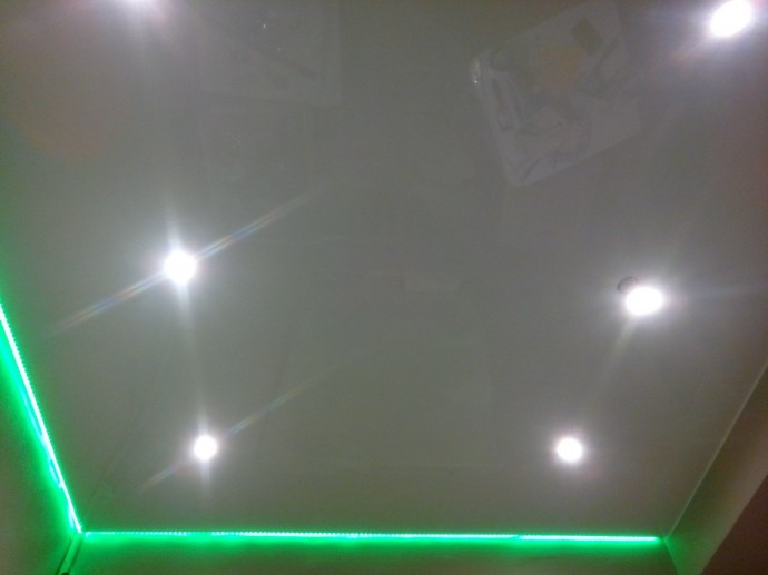 Одноуровневый натяжной потолок с светодиодной подсветкой по периметру